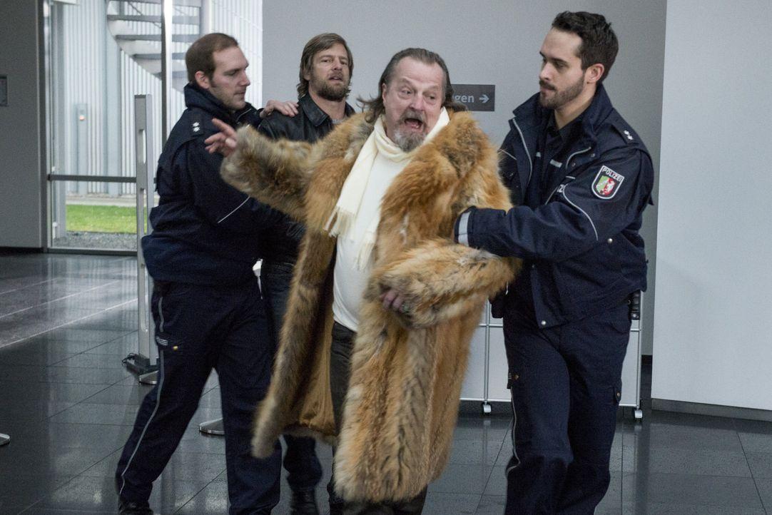 Fällt in Ohnmacht, um seinem Sohn Mick (Henning Baum, 2.v.l.) zur Flucht zu verhelfen: Erwin (Paul Faßnacht, 2.v.r.) ... - Bildquelle: Martin Rottenkolber SAT.1 / Martin Rottenkolber