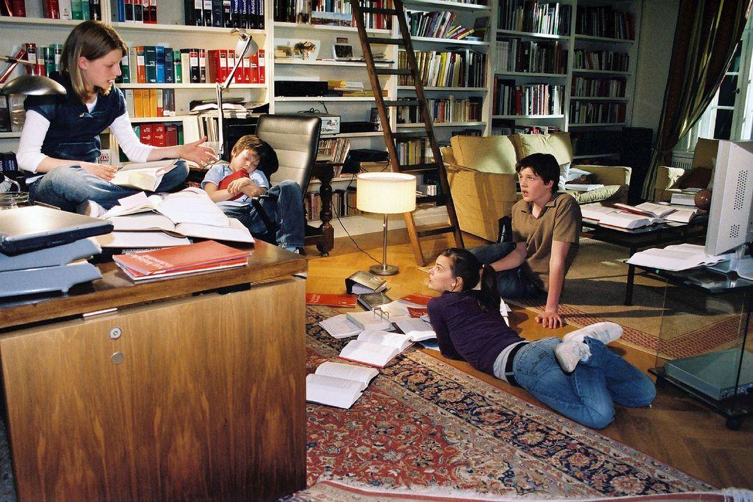 Nachdem sie von den Heiratsplänen ihres Vaters erfahren haben, sind sich die vier Windscheid-Kinder Janina (Karla Spirandelli, l.), Benny (Paul Zerb... - Bildquelle: Susan Skelton Sat.1