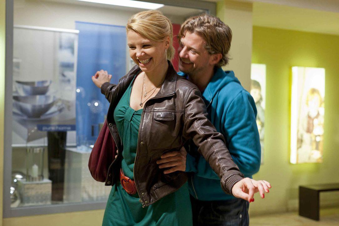 Steht die Freundschaft von Danni (Annette Frier, l.) und Bea wegen Josh (Andreas Guenther, r.) auf dem Spiel? - Bildquelle: Frank Dicks SAT.1