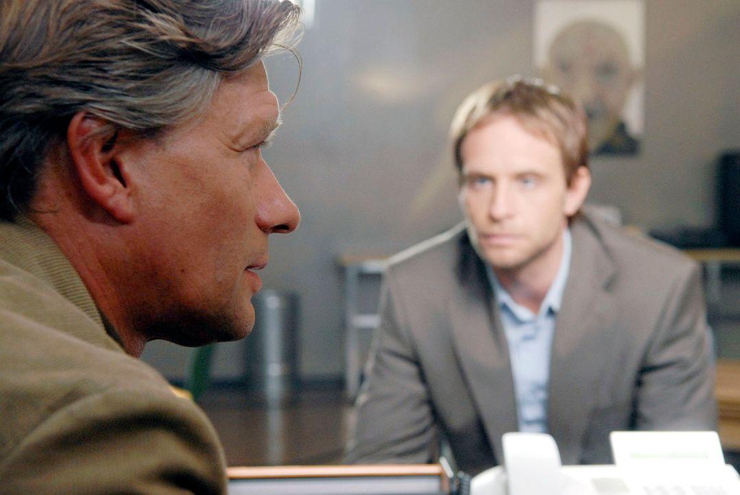 Philip (Julian Weigend, r.) befragt den Gefängnispsychologen Dr. Gebhard (Stephan Baumecker, l.). Der hat Brandt seine angebliche Traumatisierung, a... - Bildquelle: Christoph Assmann Sat.1