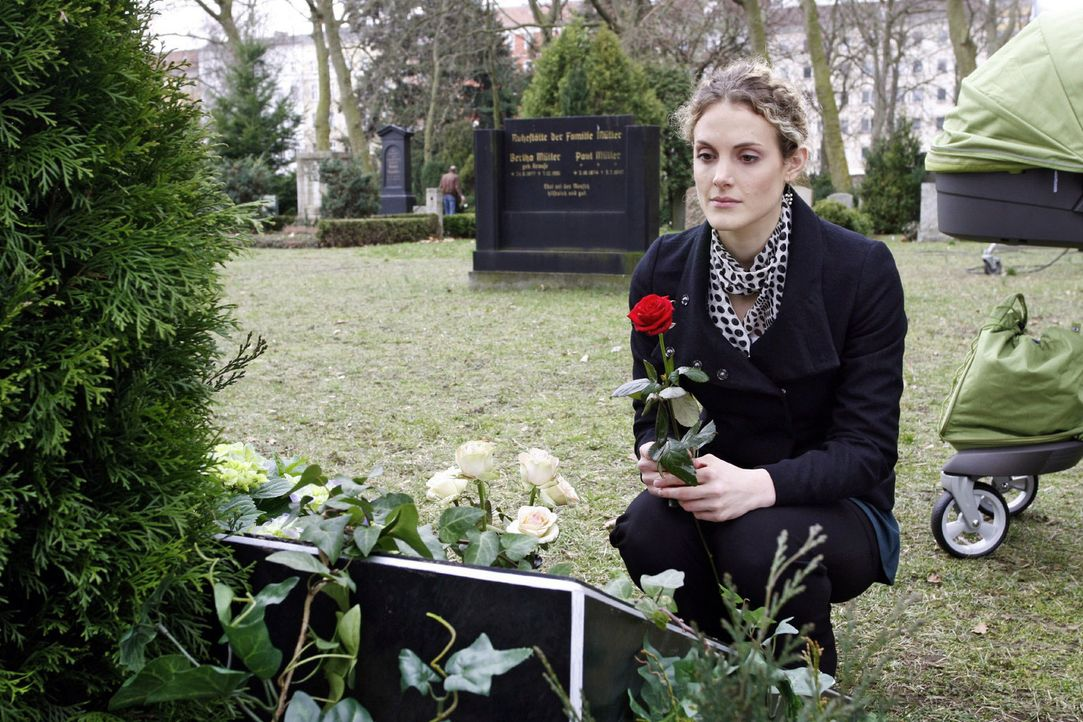 An Roberts Grab äußert Maja (Barbara Lanz) ihre Sorgen. - Bildquelle: Noreen Flynn Sat.1