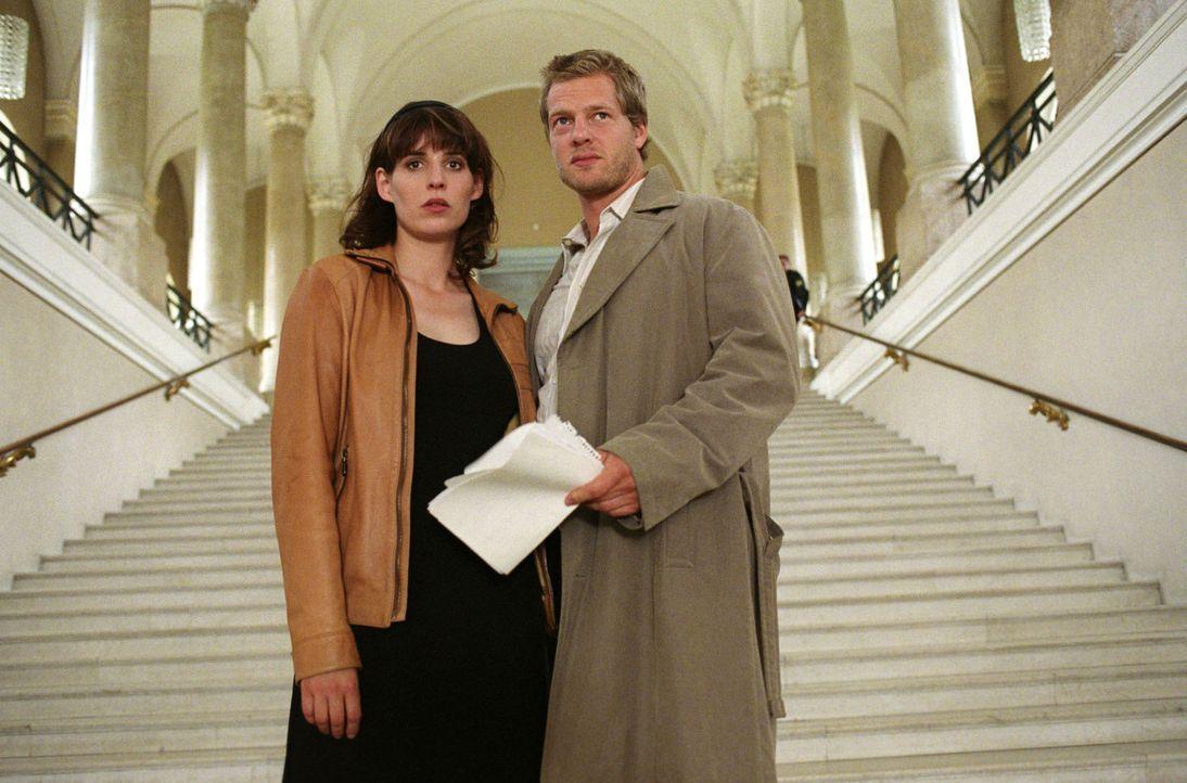 Leo (Henning Baum, r.) und Nina (Elena Uhlig, l.) - Bildquelle: Christian A. Rieger Sat.1