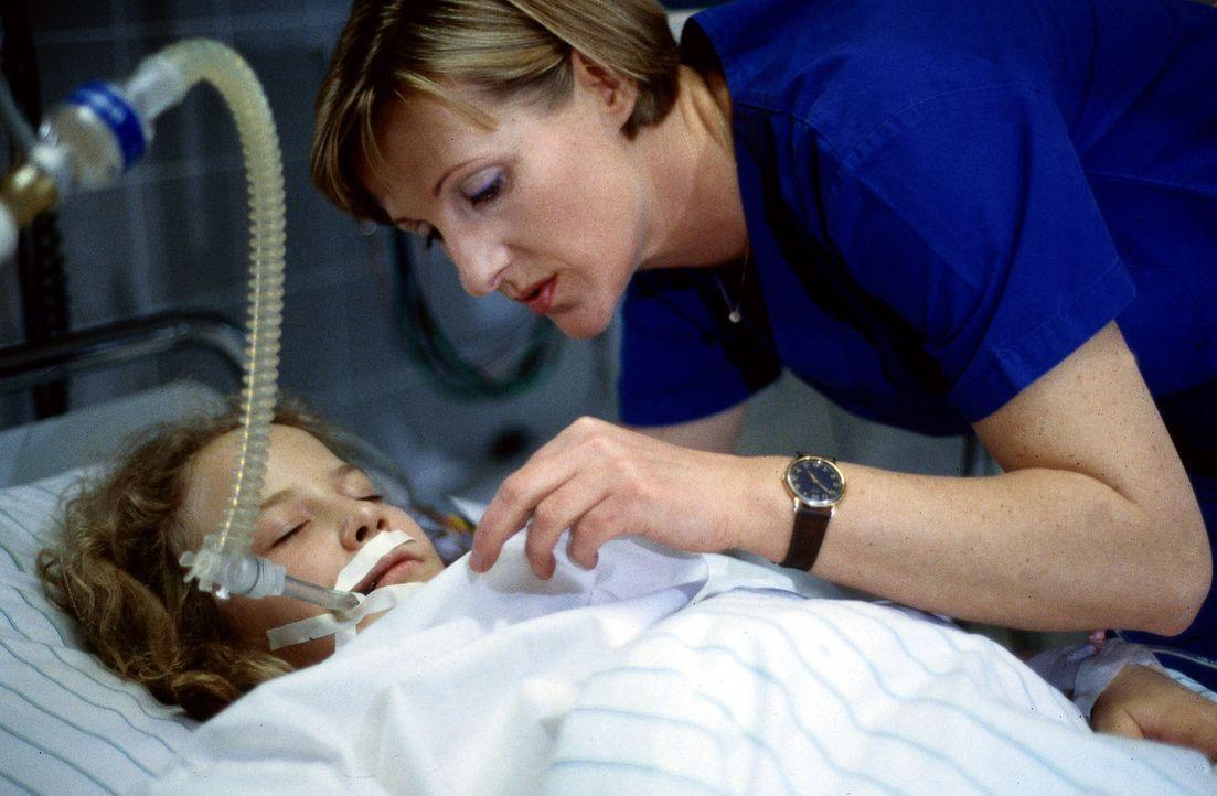 Schwester Hilde (Heike Jonca, r.) kümmert sich um die schwer verletzte Beate (Tatjana Synkowa, l.). Wird sich die verbliebene Niere des Mädchens wie... - Bildquelle: Daehn Sat.1