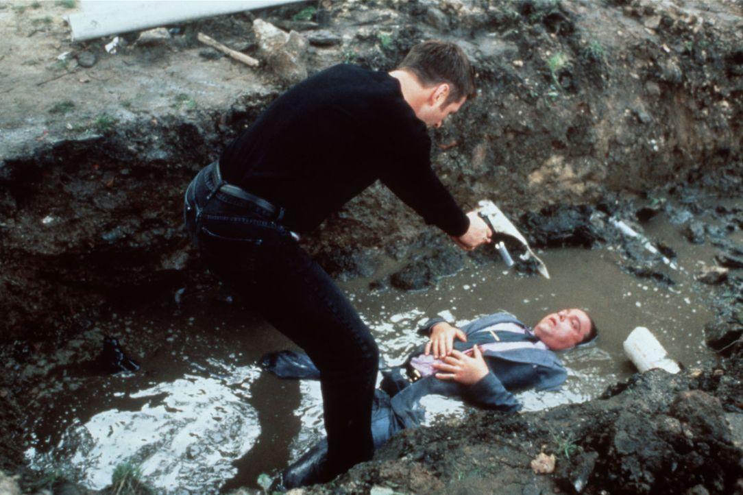 Um Annie zu beeindrucken, erschießt der angebliche Lehrer (Alec Baldwin, l.) den unschuldigen Rodney (Matthew Cowles, r.) ... - Bildquelle: Columbia TriStar