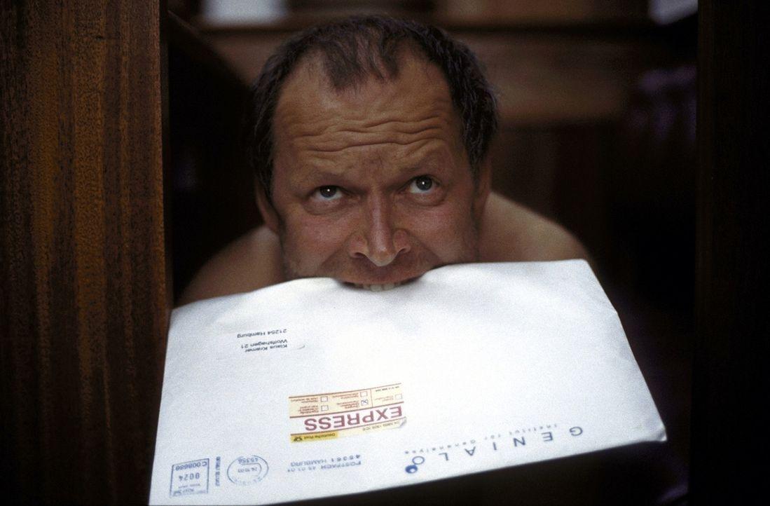 Neugeboren: Mitten im Gerichtssaal verwandelt sich Klaus (Axel Milberg) zurück in einen Menschen ... - Bildquelle: Boris Guderjahn ProSieben