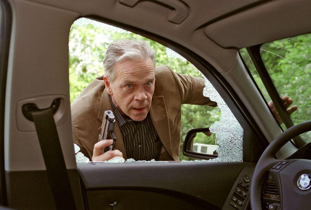 Wolff (Jürgen Heinrich) entdeckt seinen aufgebrochenen Wagen ... - Bildquelle: Claudius Pflug Sat.1