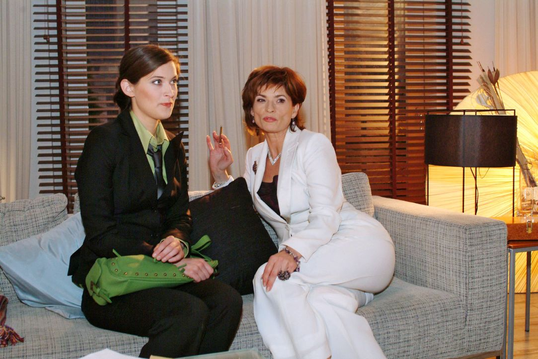 Sophie (Gabrielle Scharnitzky, r.) plant mit Hilfe von Angelina (Nora Düding, l.), Hugo psychisch zu destabilisieren. - Bildquelle: Monika Schürle Sat.1