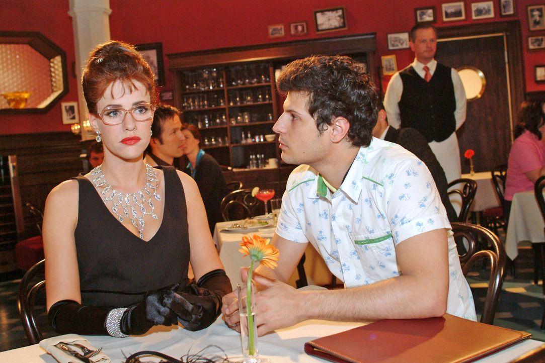 Beim Essen mit Rokko (Manuel Cortez, r.) stellt Lisa (Alexandra Neldel, l.) irritiert fest, wie viel Respekt ihr ihr Aussehen verschafft. (Dieses Fo... - Bildquelle: Monika Schürle Sat.1
