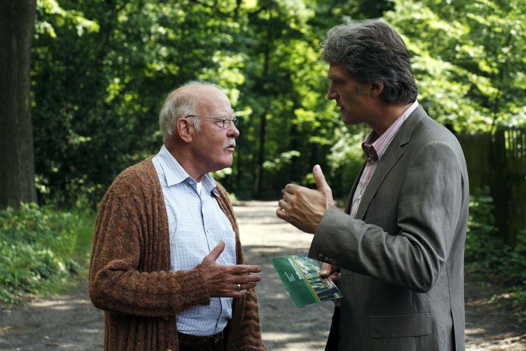 Hubert (Joost Siedhoff, l.) und Stefan (Walter Sittler, r.) kriegen sich schon über die Art der Beerdigung von Marlies ernsthaft in die Haare. Huber... - Bildquelle: Christian Hartmann Sat.1
