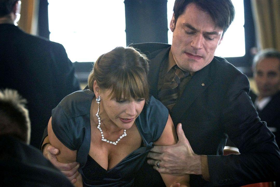 Entsetzt versucht Katja (Sophie Schütt, l.) dem am Boden liegenden Sokurov zu helfen. Doch das tödliche Gift wirkt in Sekunden ... - Bildquelle: Martin Menke Sat.1