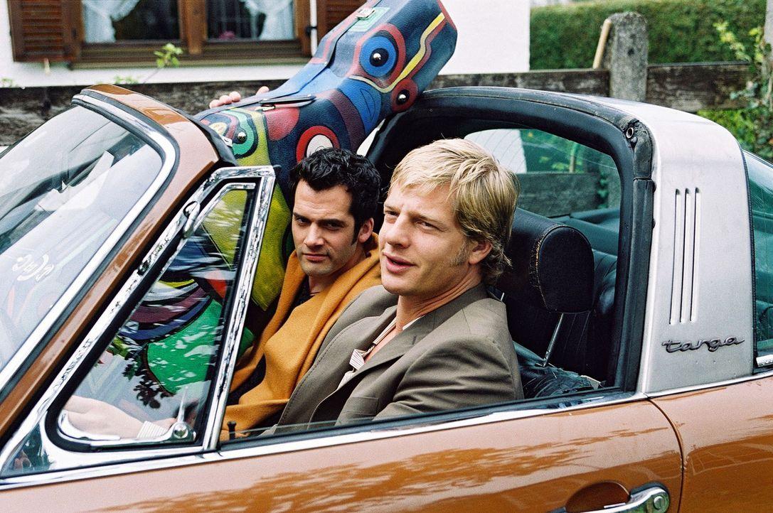 Leo (Henning Baum, r.) lebt mit dem Musiker Thorsten (Martin Rapold, l.) zusammen. - Bildquelle: Christian A. Rieger Sat.1