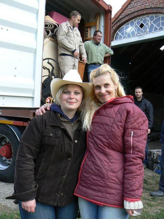 Elke Scholler (42) und ihre Tochter Bente Hansen (20) haben genug vom rauen Nordwind. Im niedersächsischen Jever packen sie auf dem ehemaligen Reite... - Bildquelle: kabel eins