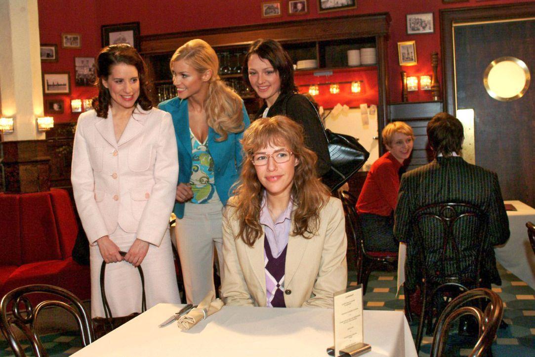 Inka (Stefanie Höner, l.), Sabrina (Nina-Friederike Gnädig, 2.v.l.) und Nina (Meike Brose, 2.v.r.) wundern sich: Auf wen Lisa (Alexandra Neldel, r.)... - Bildquelle: Monika Schürle Sat.1