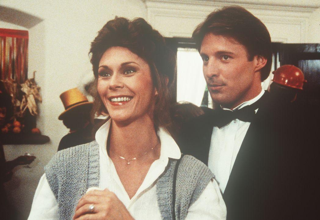 Eine Hausfrau in Agentenkreisen: Scheinbar zufällig trifft Amanda (Kate Jackson, l.) in einem exklusiven Club auf Lee Stetson (Bruce Boxleitner, r.)... - Bildquelle: CBS Television