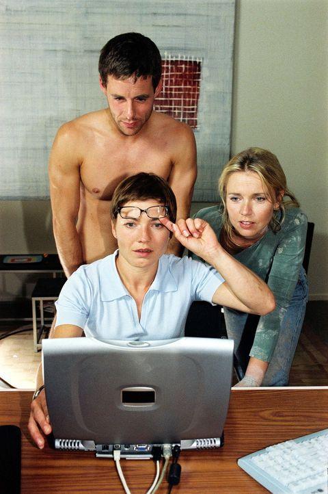 Anna (Claudia Schmutzler, vorne l.) traut ihren Augen nicht, als sie das Foto von Jan auf ihrem Laptop öffnet. Selbst Sarah (Tina Ruland, r.) und Pa... - Bildquelle: Susan Skelton Sat.1