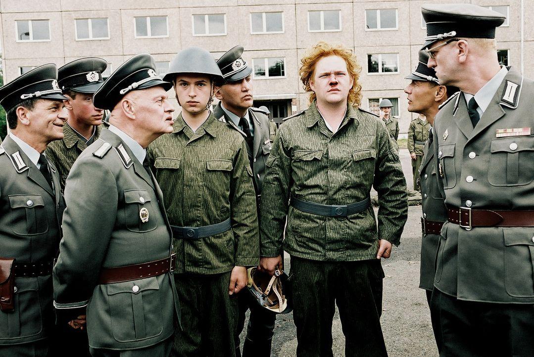 """""""Sie gucken nicht ausdruckslos!"""": (v.l.n.r.) Futterknecht (Ignaz Kirchner,) Henrik Heidler (Kim Frank), Krüger (Oliver Bröcker) und Oberst Kalt (Det... - Bildquelle: Delphi"""