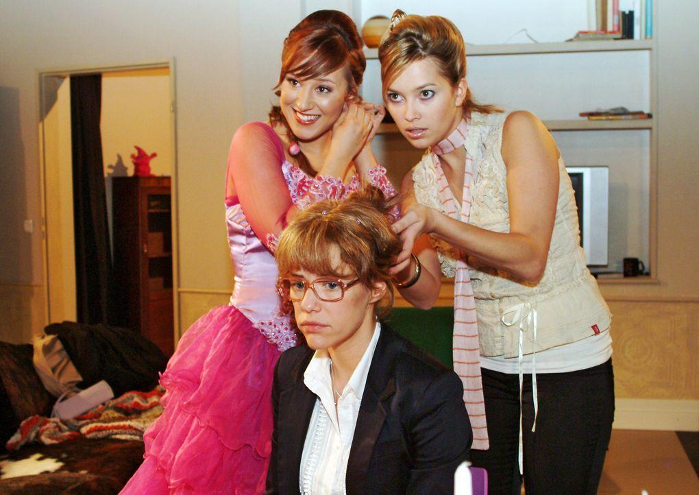 Lisa (Alexandra Neldel, M.) hat in ihrer Trauer um David Mühe, sich auf die Hochzeitsvorbereitungen von Yvonne (Bärbel Schleker, l.) und Hannah (Lau... - Bildquelle: Monika Schürle Sat.1
