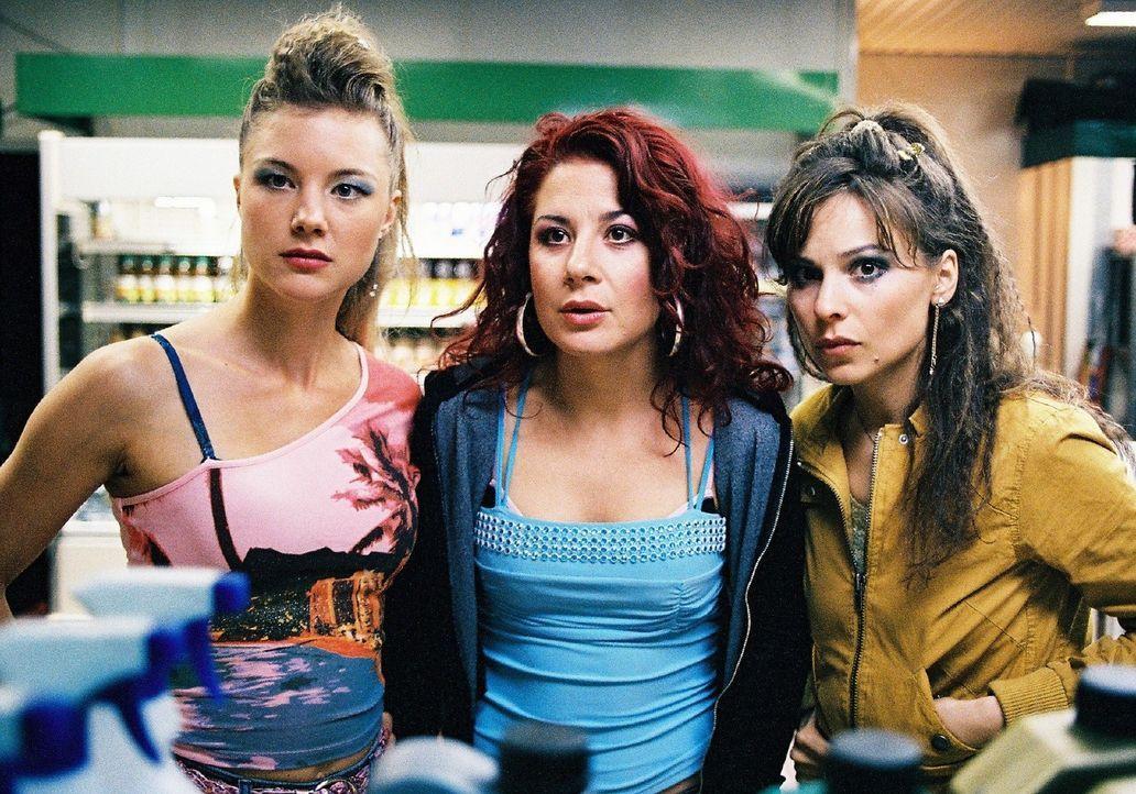 Mit dem Geld der geklauten Kasse vom Feuerwehrball wollen die drei Freundinnnen Jessica (Cordelia Wege, l.), Nora (Anita Matija, M.) und Lilly (Mina... - Bildquelle: Stephan Rabold Sat.1