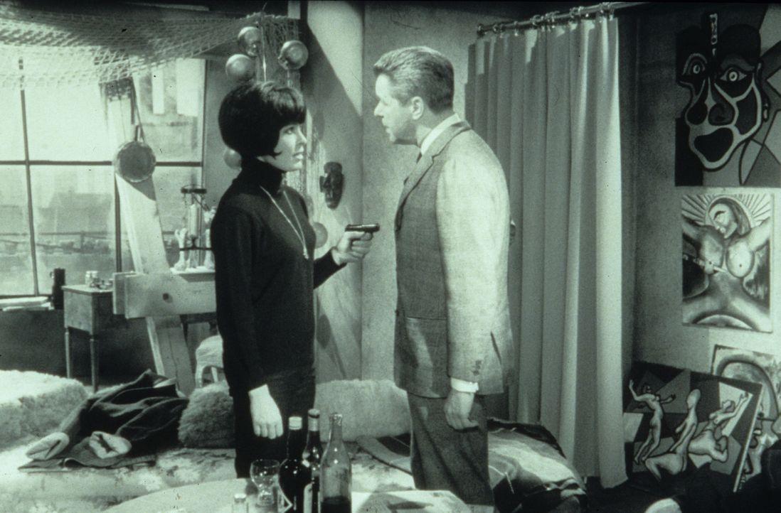 Lady Aston (Brigitte Horney, r.) und Margie Fielding (Barbara Rütting, M.) zeigen Finch (Eddi Arent, l.) die schreckliche Entdeckung, die sie gemein... - Bildquelle: Constantin Film