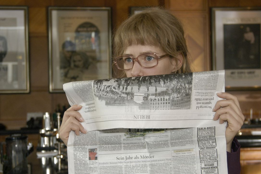Höchst investigativ versucht Lisa (Alexandra Neldel) die Intrige aufzudecken. Sie beobachtet Alexandra in der Hotelbar und traut ihren Augen nicht,... - Bildquelle: Noreen Flynn Sat.1