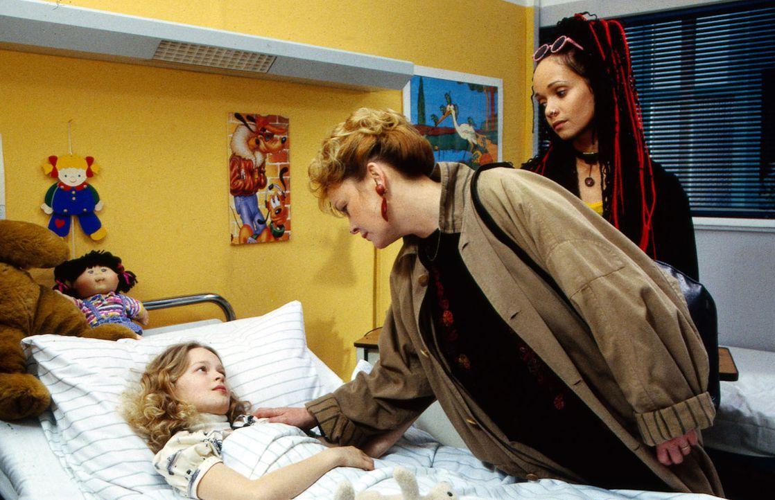 Nach Claras (Mandy-Marie Mahrenholz, l.) Operation taucht plötzlich ihre Schwester Mona (Iris Junik, r.) im Krankenhaus auf und möchte die Kleine au... - Bildquelle: Krajewsky Sat.1