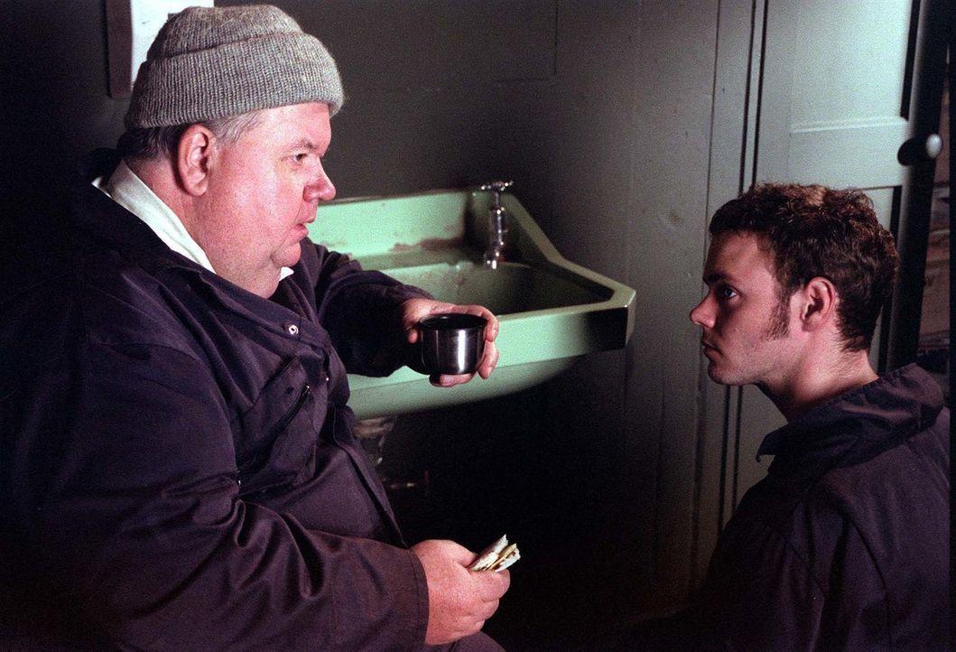 Für den Klempner Bert Large (Ian McNeice, l.) steht außer Frage, dass sein Sohn Al (Joe Absolom, r.) den Betrieb übernehmen wird. Doch der junge Man... - Bildquelle: BUFFALO PICTURES/ITV