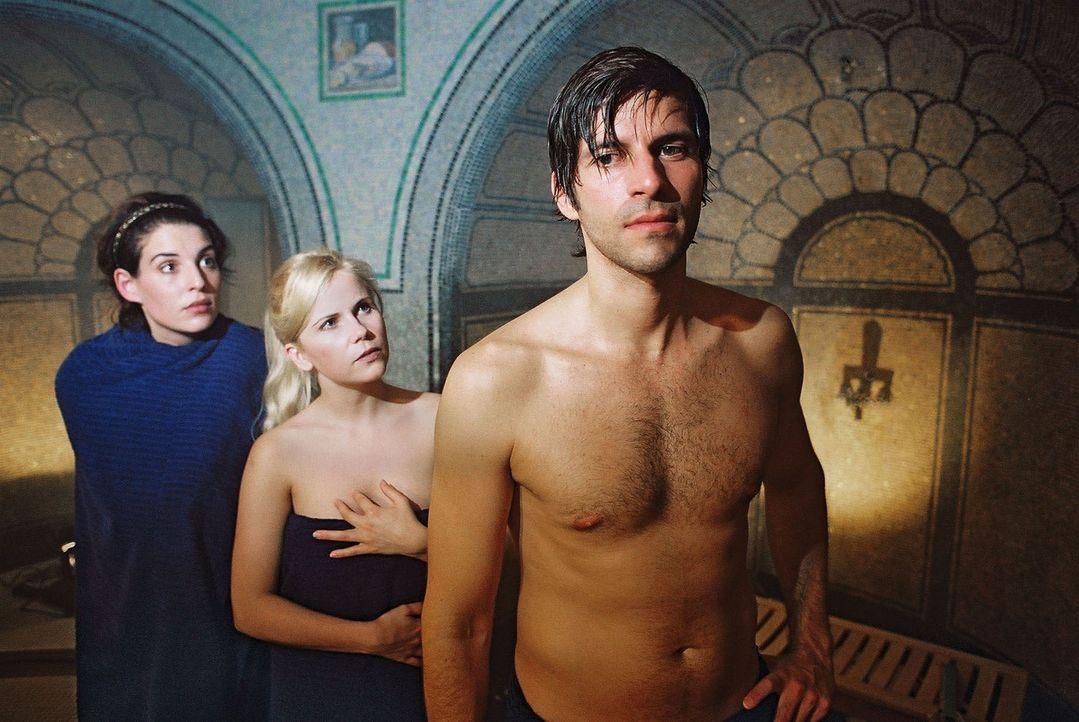 """Annabelle (Elena Uhlig, l.) trifft in der Sauna nicht nur ihren Daniel (Pasquale Aleardi, r.), sondern auch dessen """"Bekannte"""" Yvonne (Michaela Schaf... - Bildquelle: Gordon Mühle Sat.1"""