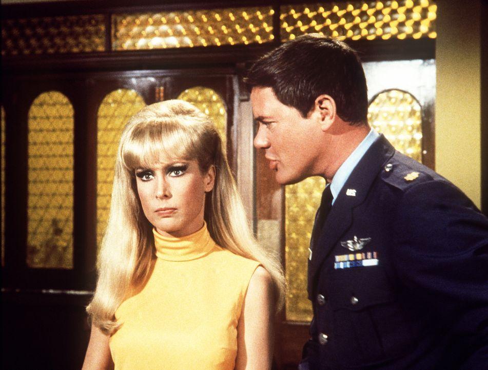 Tony (Larry Hagman, r.) schimpft mit seiner Frau Jeannie (Barbara Eden, l.), doch die fühlt sich völlig schuldlos und ist es auch ... - Bildquelle: Columbia Pictures
