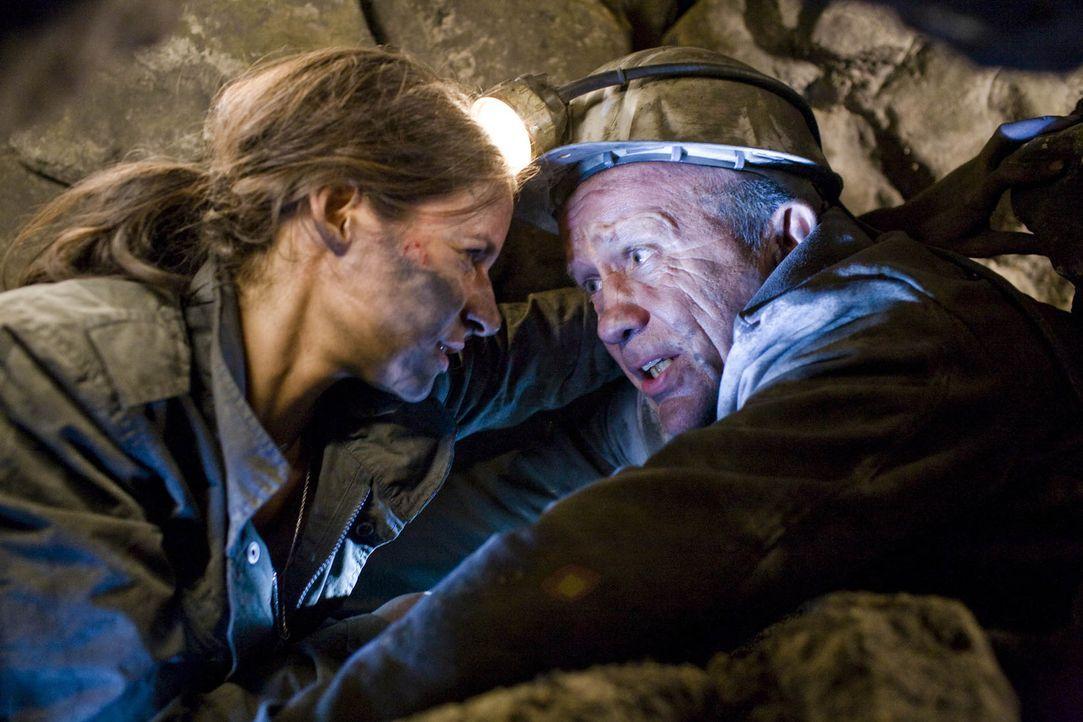 Als Horst (Christian Grashof, r.) und seine Tochter Nina (Liane Forestieri, l.) in die verlassenen Stollen des Bergwerks einsteigen, wecken sie die... - Bildquelle: Guido Engels ProSieben