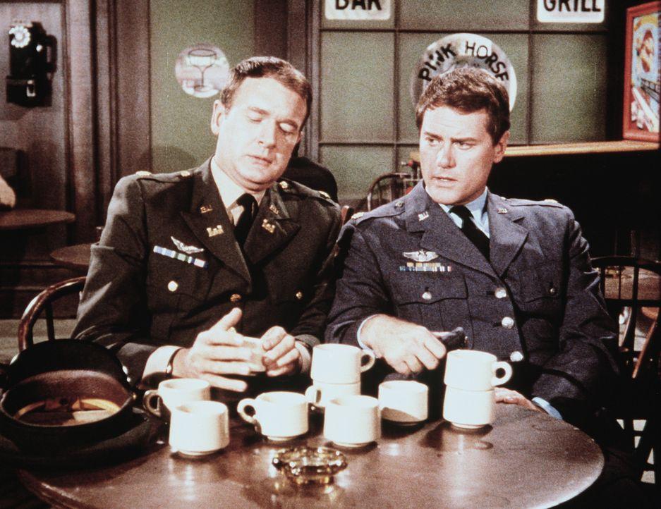 Tony (Larry Hagman, r.) und Roger (Bill Daily, l.) müssen herausfinden, wo der Safe mit Jeannie geblieben ist. - Bildquelle: Columbia Pictures