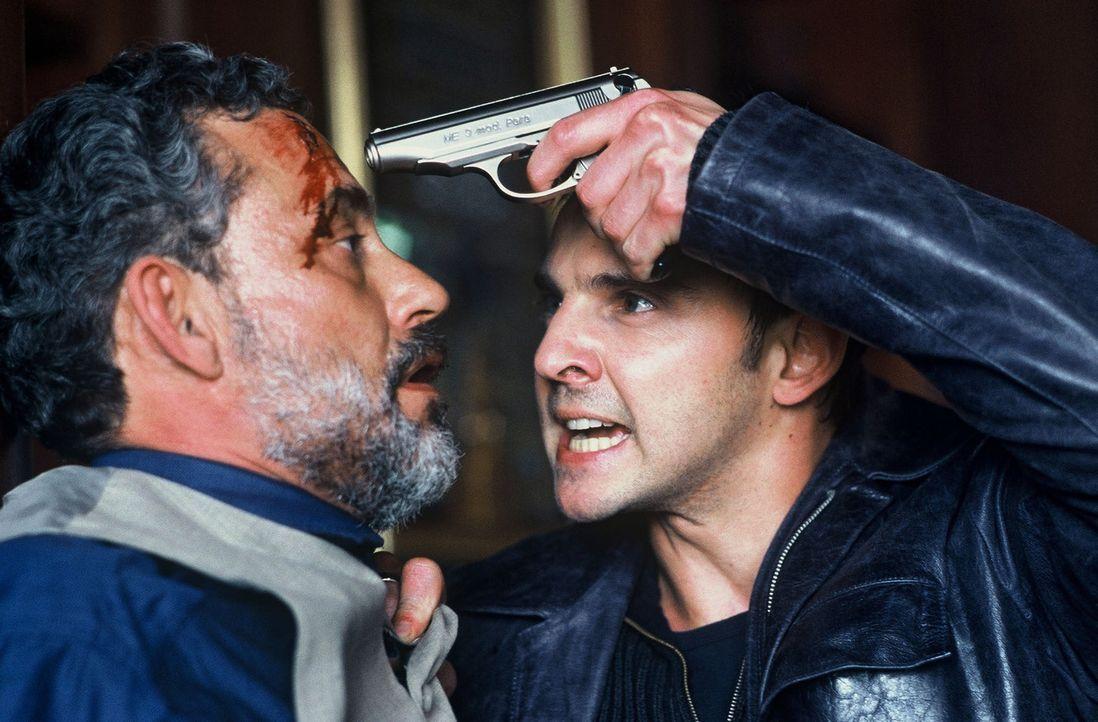 Tom (Steven Merting, r.) ist sich sicher, dass er über Yilmaz Torgay (Rolf Kanies, l.) erfahren kann, wo sich Kommissar Wolff befindet, der bei sein... - Bildquelle: Roland Horn Sat.1