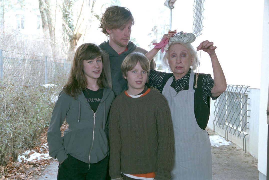 Carlos Mutter Otti (Edith Hancke, r.) hat den Haushalt der kompletten Familie Lehmann mit den Kindern Jule (Roxanne Borski, l.), Felix (Maxim Mehmet... - Bildquelle: Volker Roloff Sat.1