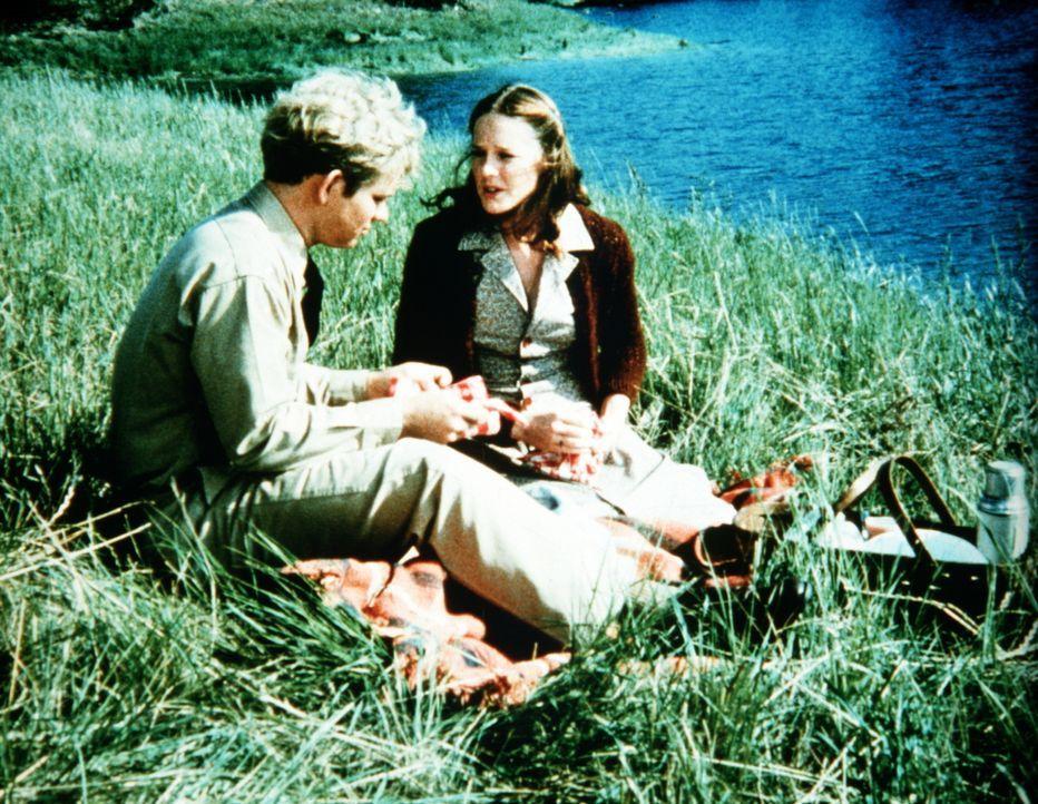 Gerald (David Doremus, l.) bittet Erin (Mary Beth McDonough, r.), ihn alleine in der Kaserne zu besuchen. - Bildquelle: WARNER BROS. INTERNATIONAL TELEVISION