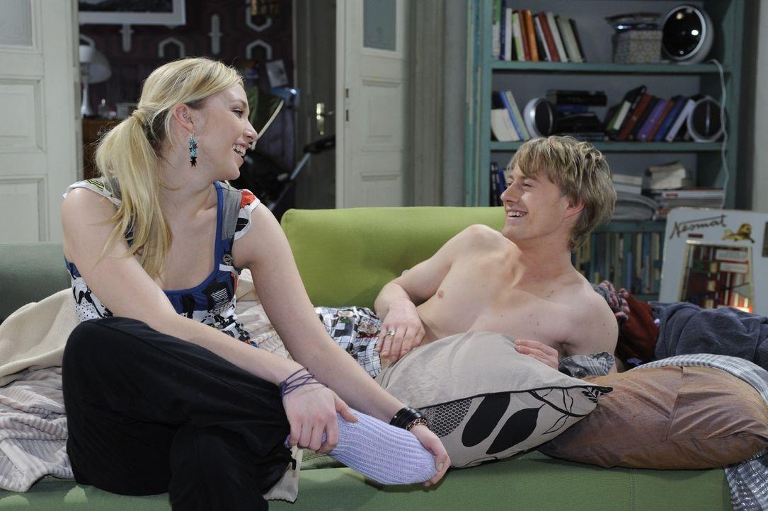 Lily (Jil Funke, l.) und Pierre (Eric Bouwer, r.) amüsieren sich über den irritierten Maik. Die beiden haben ihn in dem Glauben gelassen, die Nacht... - Bildquelle: Oliver Ziebe Sat.1
