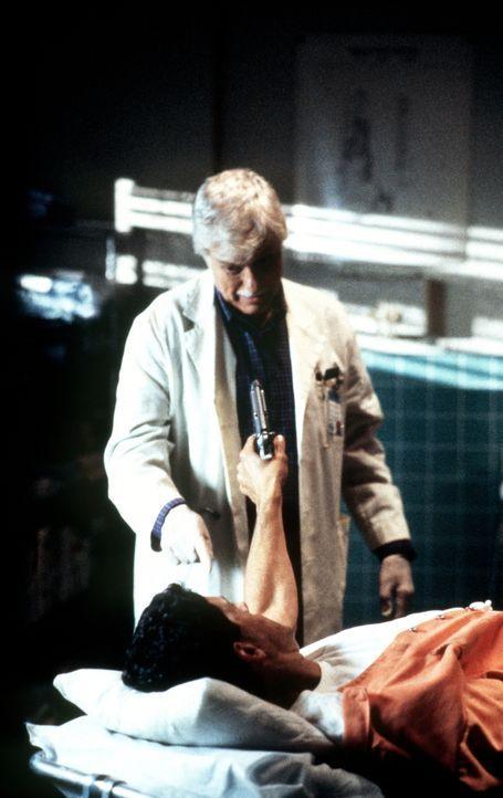 Dr. Mark Sloan (Dick Van Dyke, hinten) wird von George Karn (Jeff Allin, vorne) bedroht. - Bildquelle: Viacom