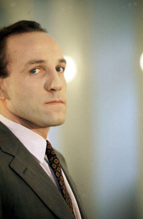 Stockinger (Karl Markovics) ist bestimmt der schrägste Bezirksinspektor, den das Salzkammergut je gesehen hat. - Bildquelle: Huber Sat.1