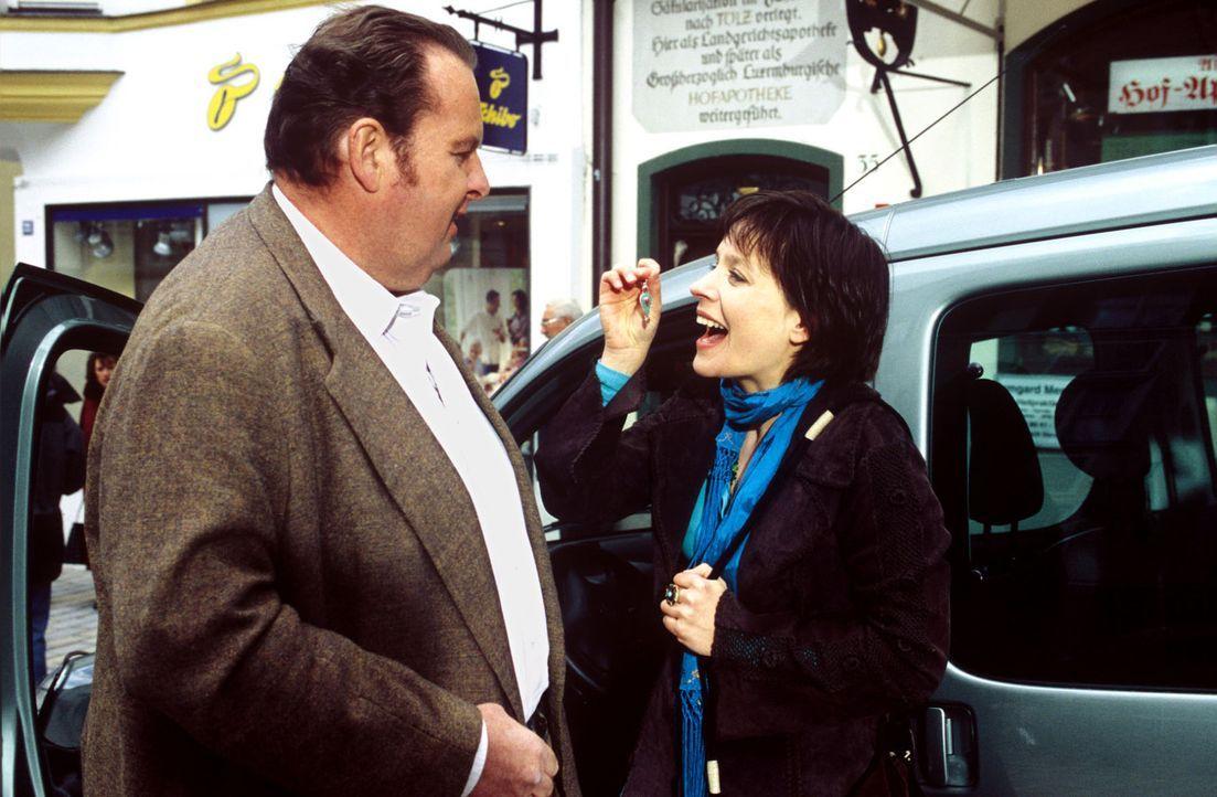 Benno (Ottfried Fischer, l.) empfängt Katharina (Jule Ronstedt, r.) am Auto, hat aber vorher unbemerkt den Ohrring in den Wagen gelegt. - Bildquelle: Magdalena Mate Sat.1