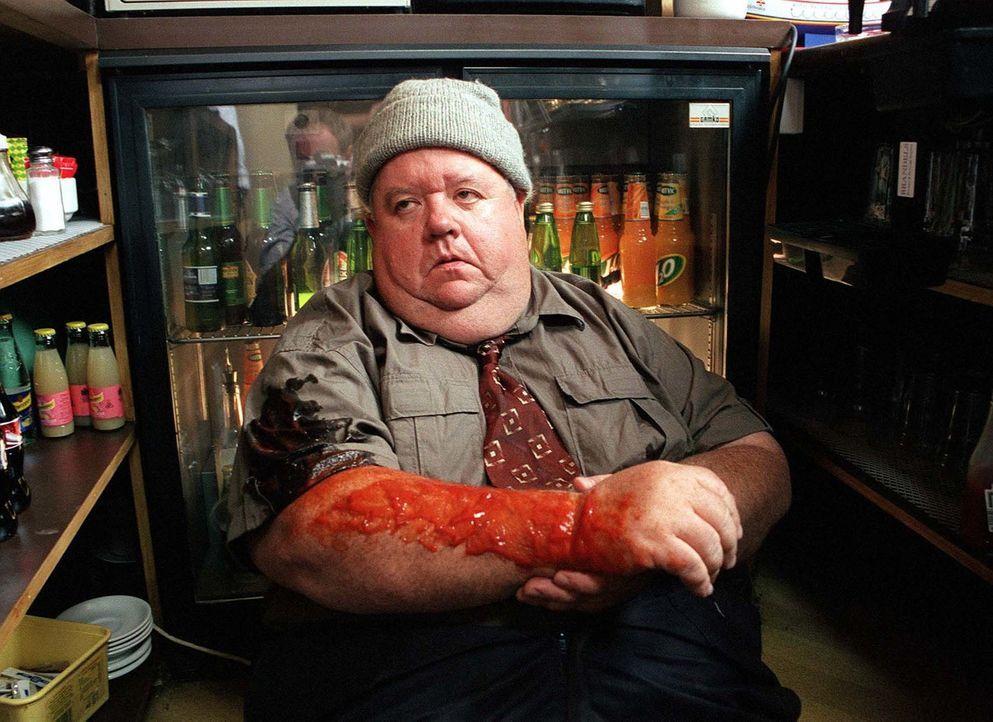 Scheint einen schlimmen, blutigen Unfall gehabt zu haben - oder ist es nur Ketchup? Klempner Bert Large (Ian McNeice) ... - Bildquelle: BUFFALO PICTURES/ITV