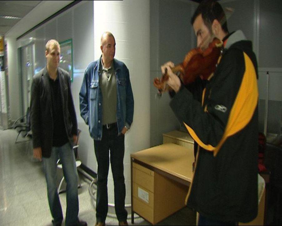 Rademacher (l.) und Koch (r.) sind zur Stelle: Ein Mann gibt an, eine Violine im Wert von 2 Millionen Dollar bei sich zu haben. Allerdings kann er k... - Bildquelle: Sat.1