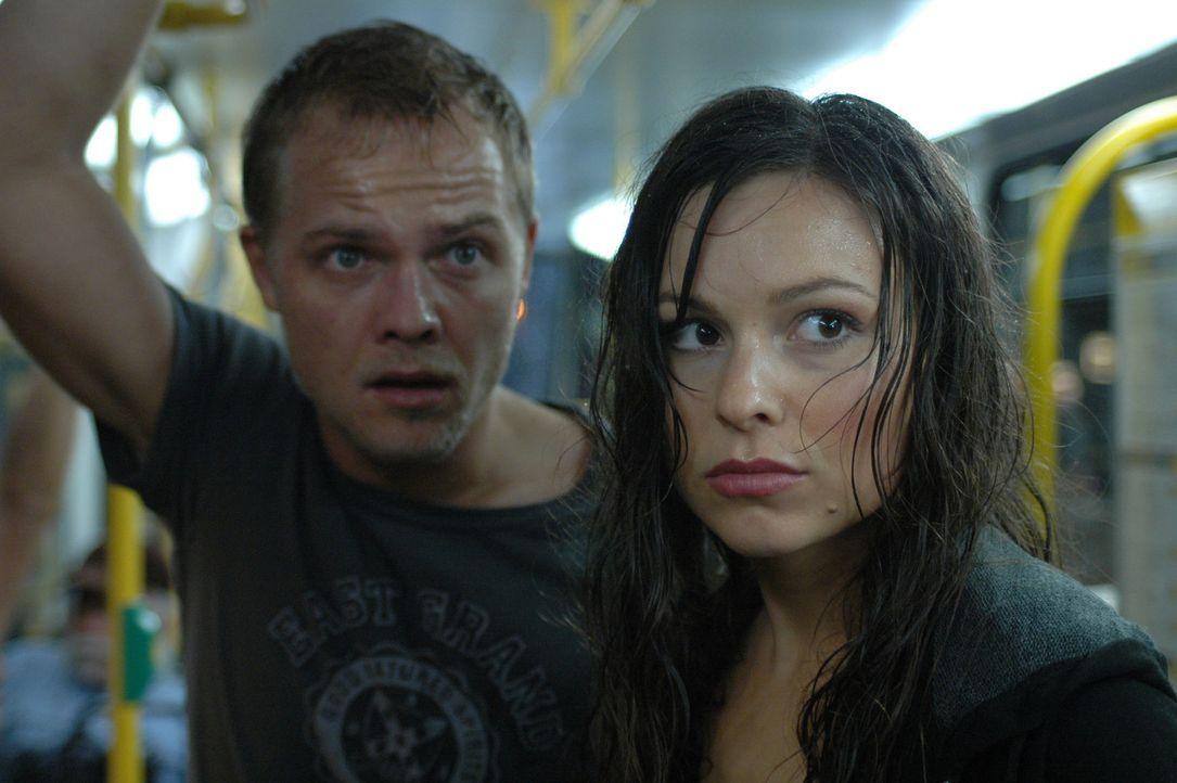 Gebannt beobachten Jan (Matthias Koeberlin, l.) und Eva (Mina Tander, r.) das gewaltige Naturschauspiel. Da wendet der Tornado und rast direkt auf d... - Bildquelle: Conny Klein ProSieben