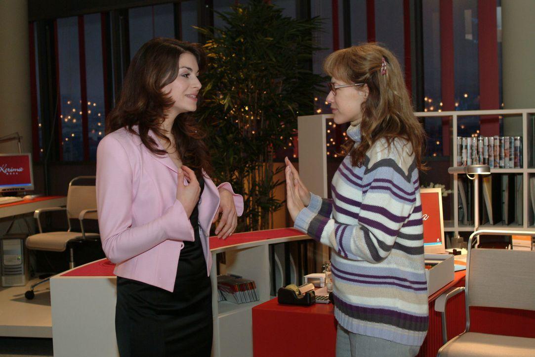 Lisa (Alexandra Neldel, r.) versucht Mariella (Bianca Hein, l.) daran zu hindern, unangemeldet bei David im Büro aufzutauchen ... (Dieses Foto von A... - Bildquelle: Monika Schürle Sat.1