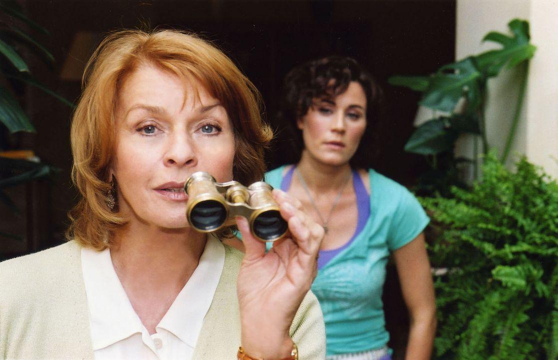 Die neugierige Helga (Senta Berger, l.) traut ihrem charmanten wie attraktiven Nachbarn Cem nicht und greift zum Opernglas... - Bildquelle: Stefan Erhard Sat.1