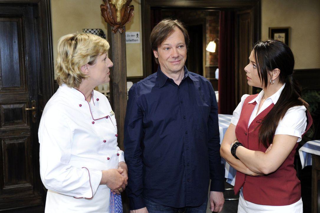 Susanne (Heike Jonca, l.) und Paloma (Maja Maneiro, r.) sind erstaunt, als sie erfahren, dass Armin (Rainer Will, M.) es nicht übers Herz gebracht h... - Bildquelle: Oliver Ziebe Sat.1