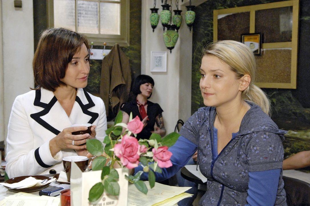 Vanessa (Maike von Bremen, l.) wünscht Anna (Jeanette Biedermann, r.) viel Glück für ihren Neuanfang in Hamburg. - Bildquelle: Claudius Pflug Sat.1
