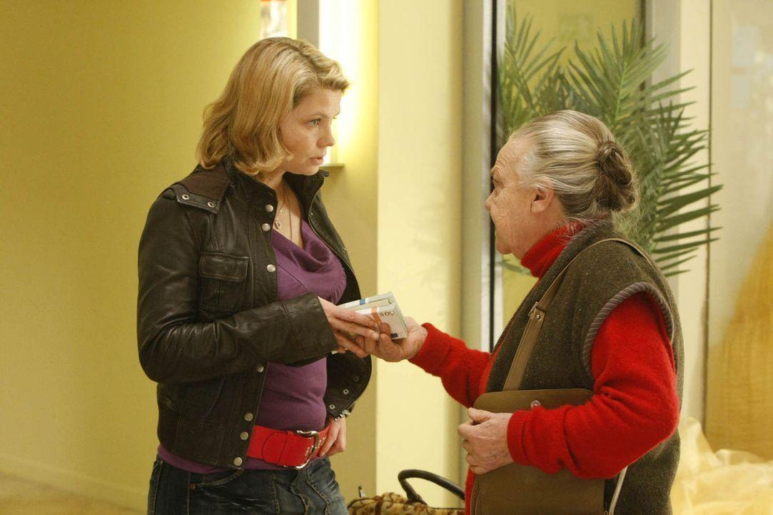 Vor Danni (Annette Frier, l.) sitzt eine alte Bekannte: Uta Schwartz (Barbara Morawiecz, r.) gehört ein kleiner Kiosk, in dem Danni schon als Kind u... - Bildquelle: Frank Dicks SAT.1