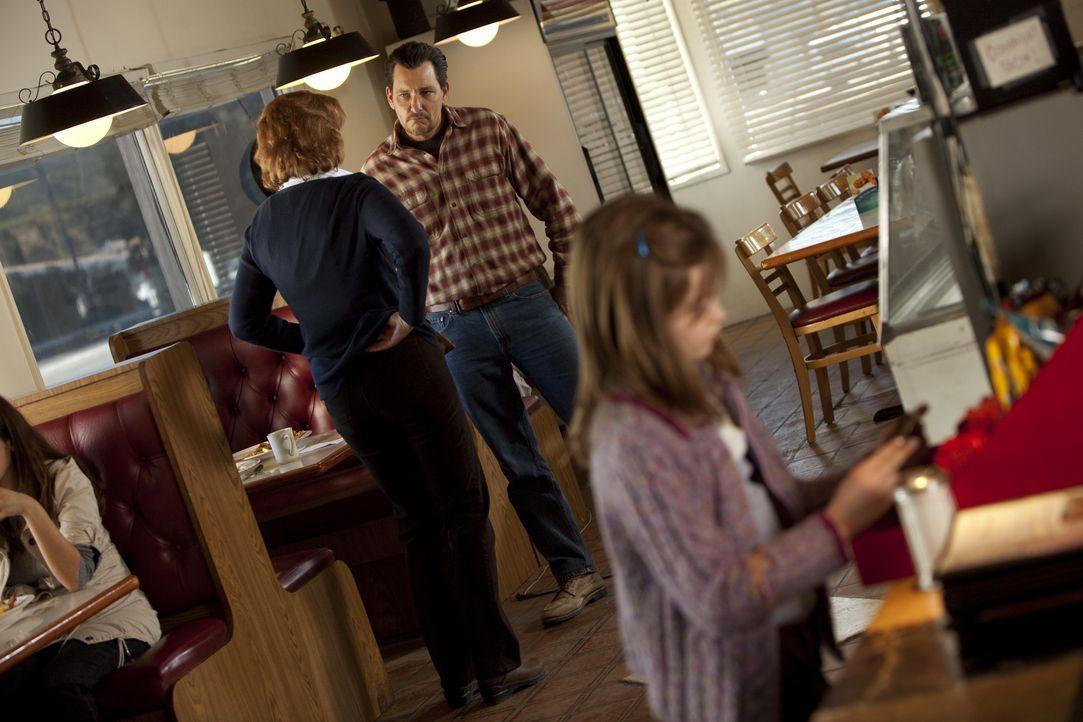 Wade (Bradford Tatum, M.) macht seiner Tochter Jody (Morgan Lily, r.) Hoffnung, dass sie eines Tages wieder eine richtige Familie sind, und entführt... - Bildquelle: Adam Rose 2010 ABC Studios. All rights reserved. / Adam Rose