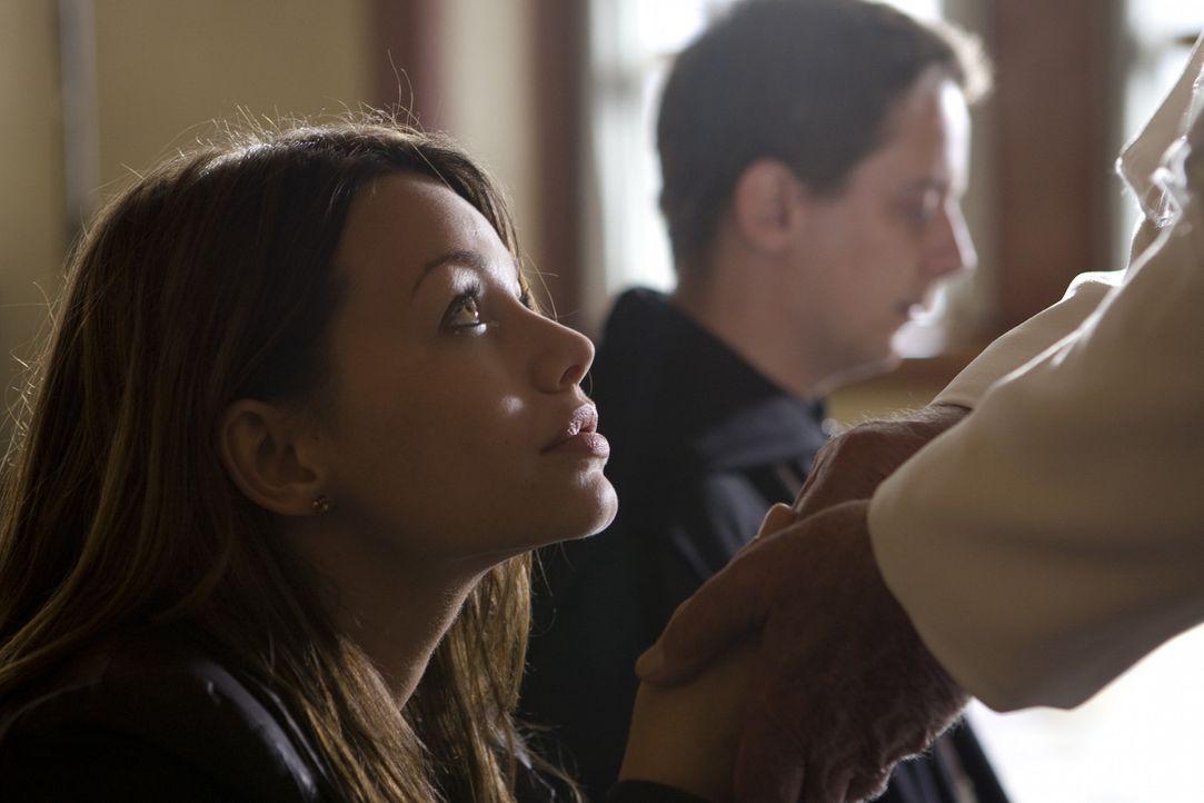 Als Johanna (Cosma Shiva Hagen, l.) eine Privataudienz beim Papst erhält, ahnt sie nicht, dass sie einen potentiellen Mörder (Marian Meder, r.) im G... - Bildquelle: Olaf R. Benold ProSieben