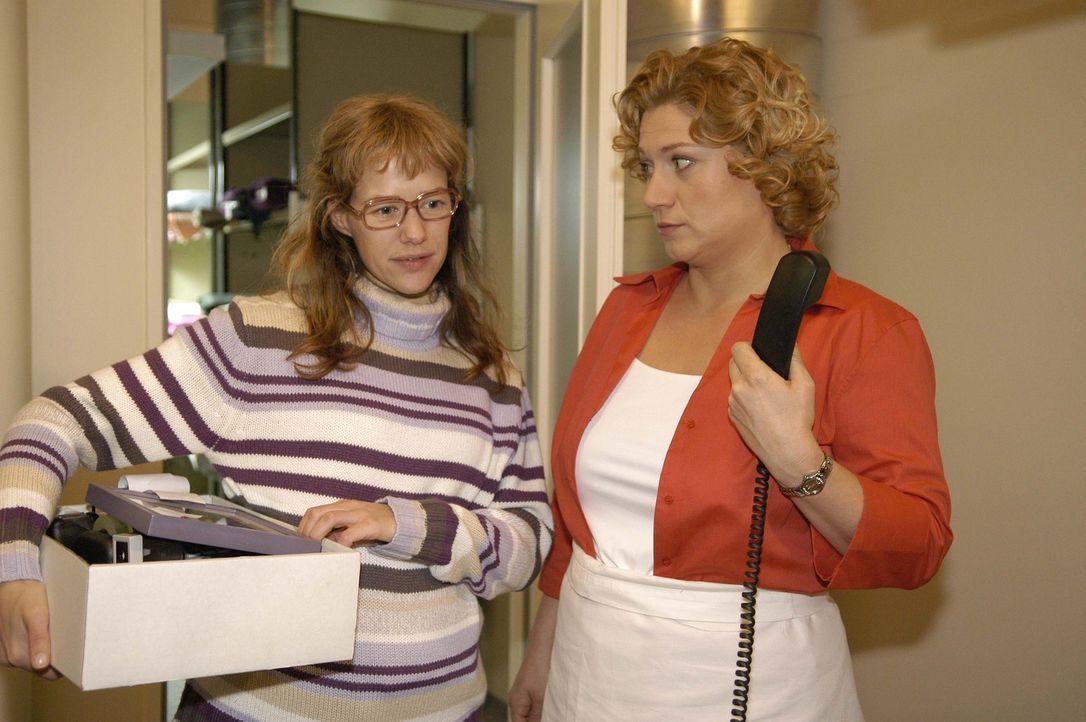 Lisa (Alexandra Neldel, l.) ist überglücklich: David hat ihr einen neuen Arbeitsplatz zugewiesen - direkt vor seiner Bürotür. Agnes (Susanne Szell,... - Bildquelle: Noreen Flynn Sat.1
