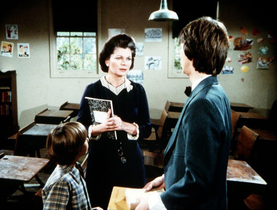 Jim Bobs (David W. Harper, r.) Schulabschluss steht bevor und Corabeth (Ronnie Claire Edwards, M.) wird als Aushilfslehrerin in seiner Klasse einges... - Bildquelle: Worldvision Enterprises, Inc.