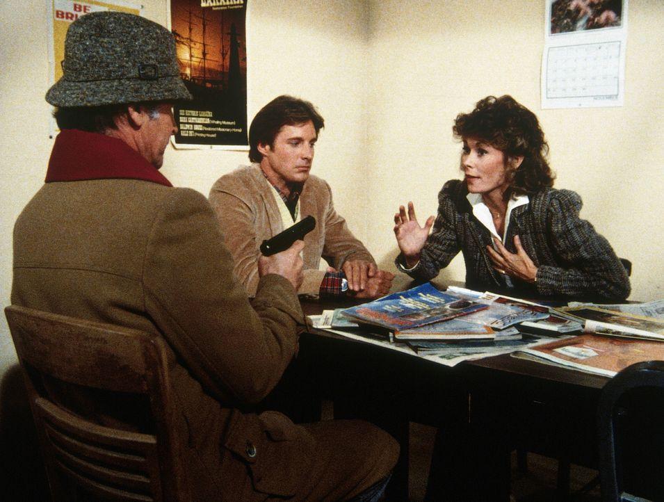 Amanda (Kate Jackson, r.) spielt die Rolle von Lee (Bruce Boxleitner, M.), den der KGB für ihren Assistenten hält. - Bildquelle: CBS Television